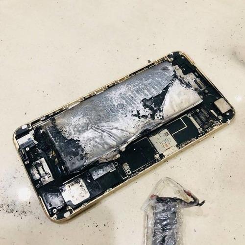 狂~太狂了iPhone 6他挑戰自己拔換電池!轟!竟然燃燒了